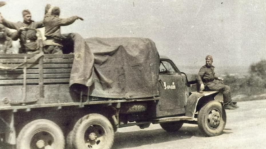 Sovětští vojáci přijíždějí do Terezína. Foto: Karel Šanda