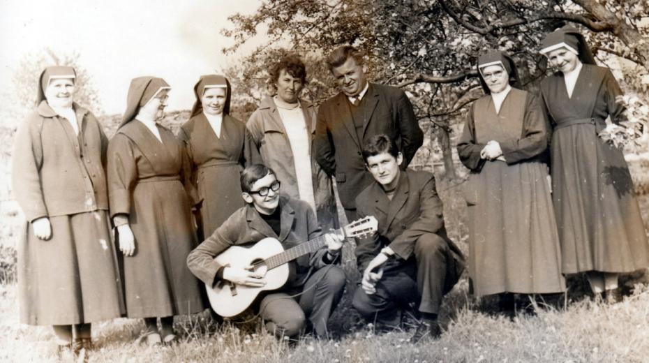 Adam Rucki (s kytarou) v době studia Cyrilometodějské bohoslovecké fakulty v Olomouci s řádovými sestrami v Bílé Vodě. Zdroj: Paměť národa