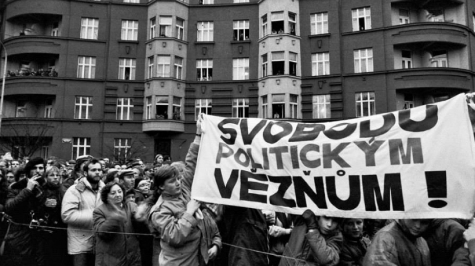 Účastníci povolené demonstrace na Škroupově náměstí požadovali propuštění politických vězňů.