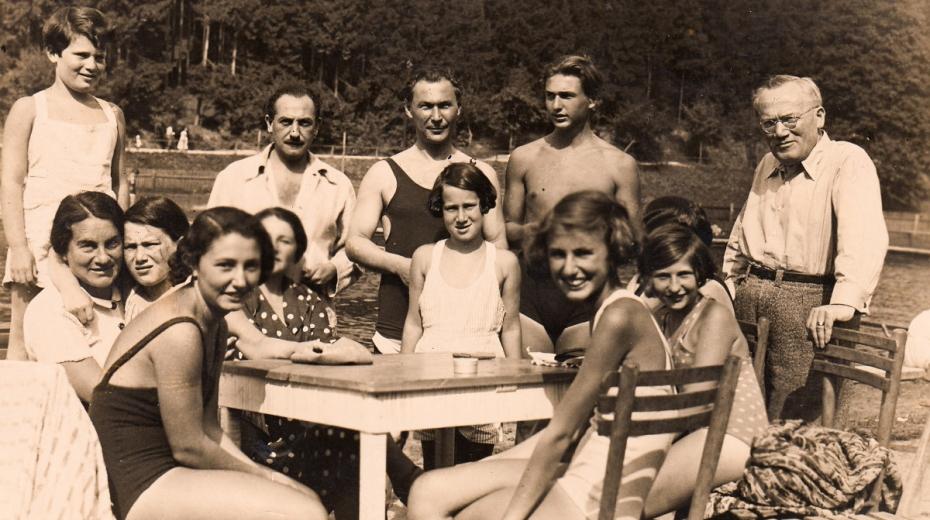 Momentka ze šťastného dětství Margalit (vlevo) – Sonnenfeldovi na výletě s přáteli. Foto: Paměť národa/archív Margalit Sonnenfeld