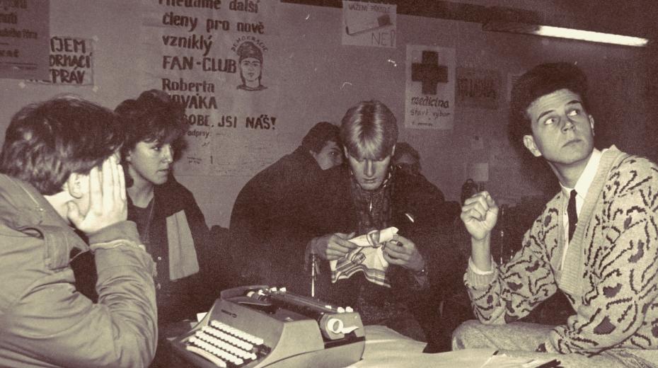 Stávkový výbor Pedagogické fakulty v Hradci Králové, na stěně plakát fanklubu Roberta Nováka. Foto: archív Jidřicha Vedlicha