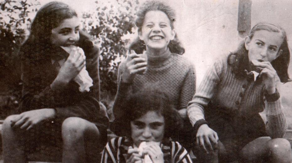 Brigita (uprostřed) a její kamarádky v Praze v roce 1940. Foto Paměť národa/archív Brigity Bakovské