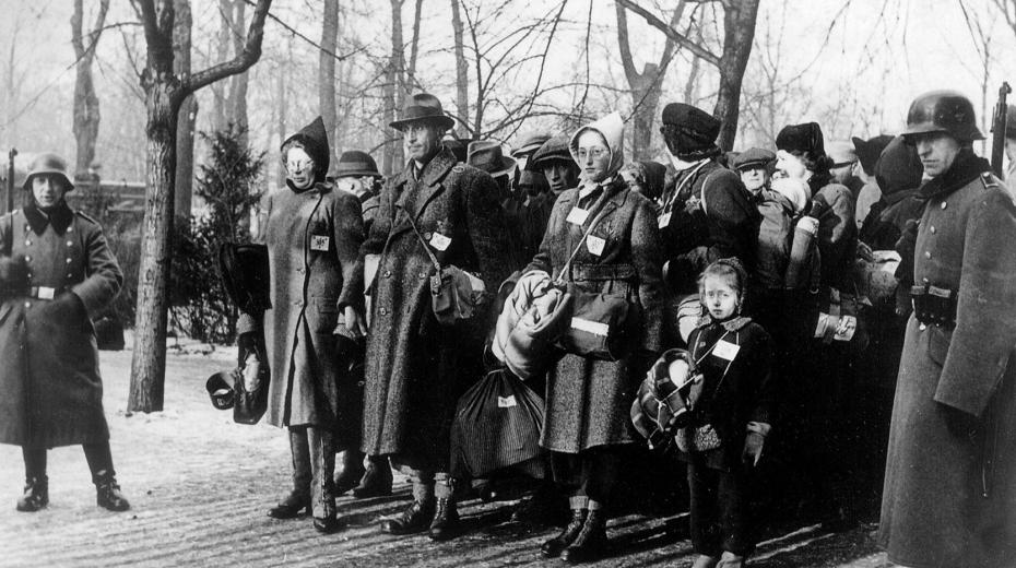 Shromáždění plzeňští Židé čekají na transport.
