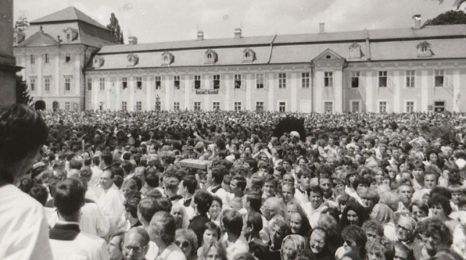 Účastníci národní poutě na Velehrad 7. července 1985. Foto Velehrad.cz