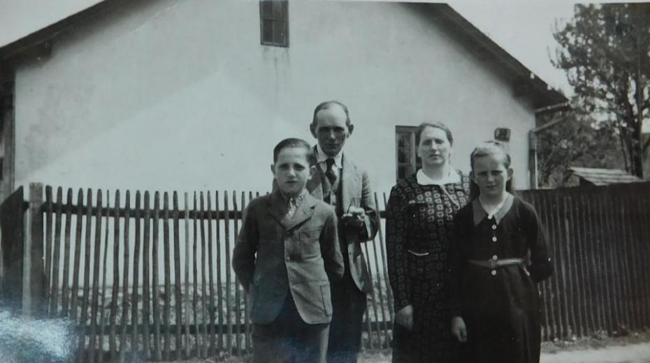 Vladimír Bernát v dětství s rodiči.