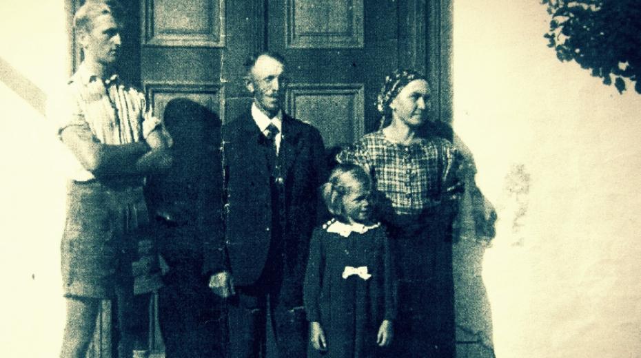 Rodina Vogelova před válkou v Červeném Potoce, vlevo čeledín Willi Lang. Foto: Paměť národa