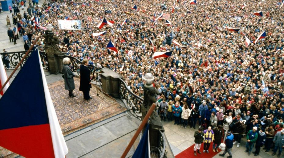 Václav a Olga Havlovi zdraví nadšené davy na Pražském hradě po prezidentské volbě. Foto: ČTK/Karel Vlček