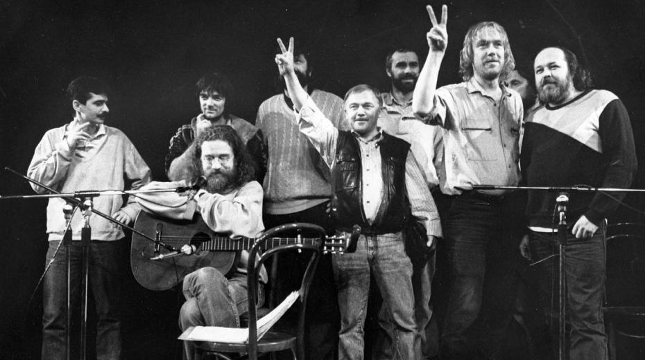 Vystoupení ve Wroclawi v roce 1989, zleva: Pavel Dobeš, Pepa Nos, Jaroslav Hutka, Petr Dopita, Karel Kryl, Petr Rímský, Jarek Nohavica, Vladimír Veit a Pepa Streichl