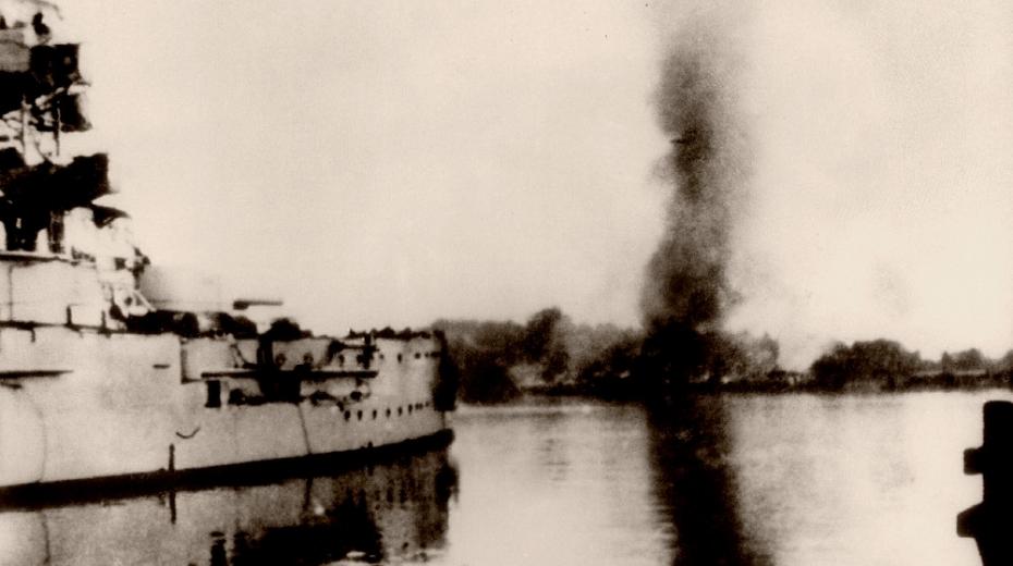 Německá bitevní loď Schleswig-Holstein ostřeluje polské vojenské překladiště na poloostrově Westerplatte 5. září 1939.