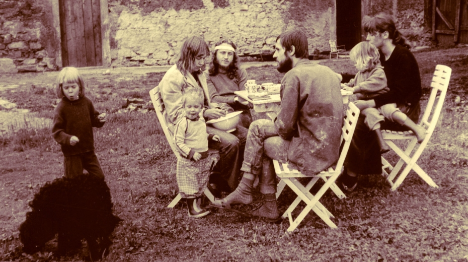 Manželé Parkánovi (vlevo) s dětmi u domu v Řepčicích a Charlie Soukupem, který se stal dalším obyvatelem domu. Foto: Paměť národa