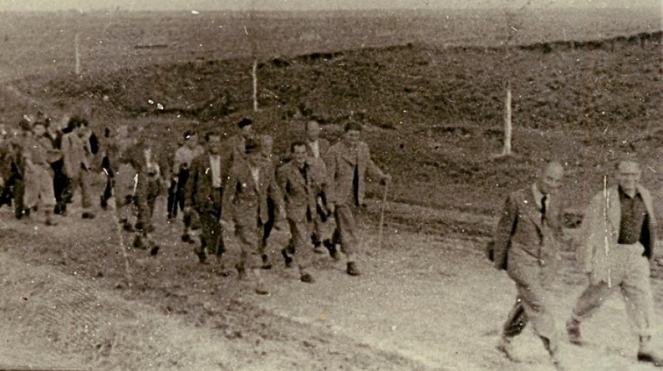 Příslušníci Československého legionu na pochodu do zajateckého tábora – jednotka se nestihla řádně vyzbrojit a vojáci neměli uniformy. Foto: Vojenský historický ústav