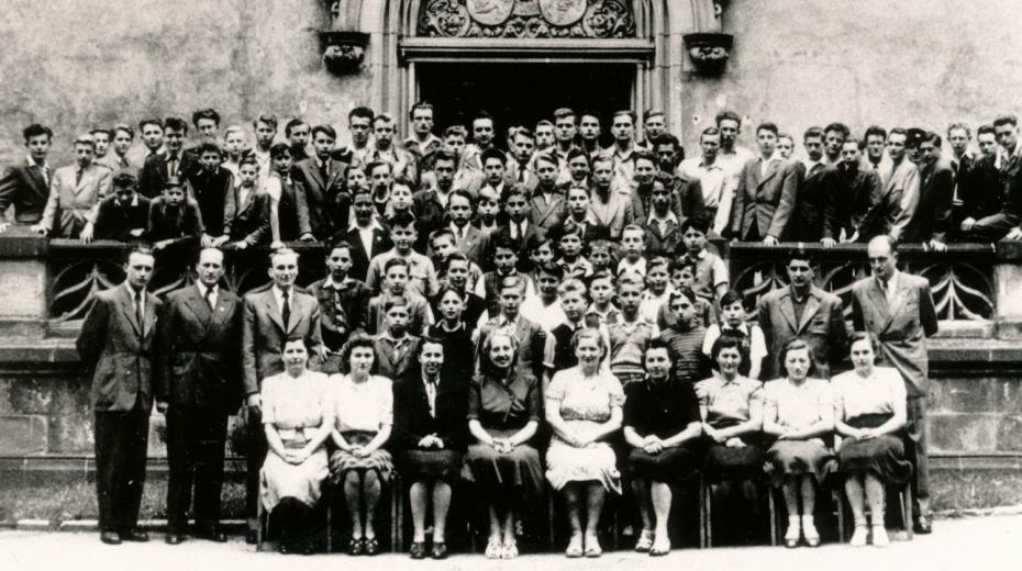 Pedagogický sbor se studenty Koleje Jiřího z Poděbrad v roce 1947. V první stojící řadě čtvrtý zleva je Václav Havel. Zdroj: Paměť národa