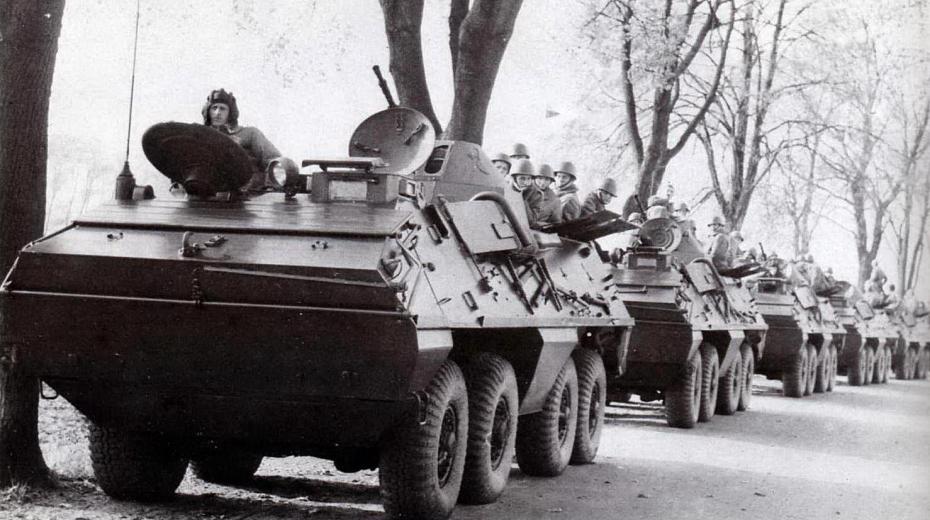 Kolona polských obrněných transportérů při stahování z Československa na přelomu října a listopadu