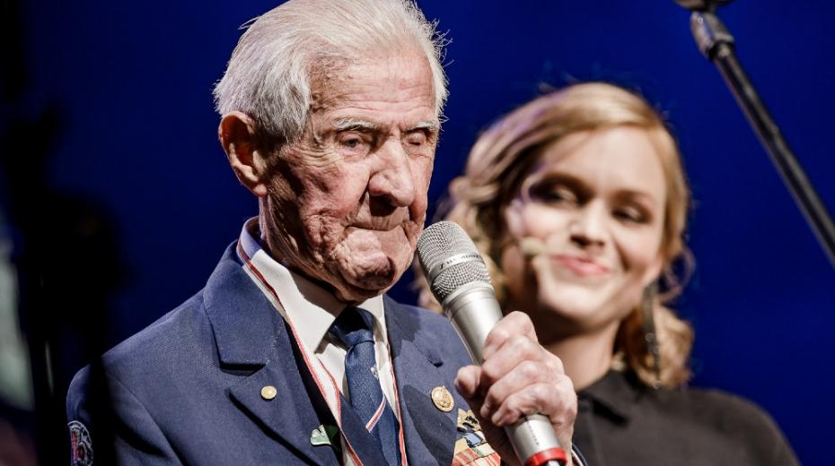 Eduard Marek vystoupil 28. října 2019 na Koncertu pro Paměť národa ve Fóru Karlín, v pozadí moderátorka večera Ester Geislerová. Foto: Barbora Mráčková