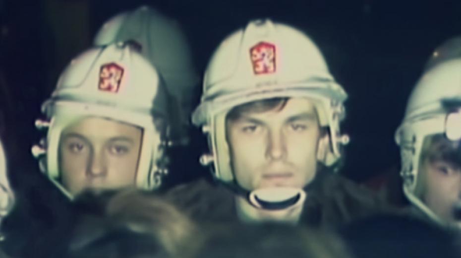 Příslušníci Pohotovostního pluku VB bránili v pondělí 20. listopadu 1989 v průchodu demonstrantů přes Mánesův most.