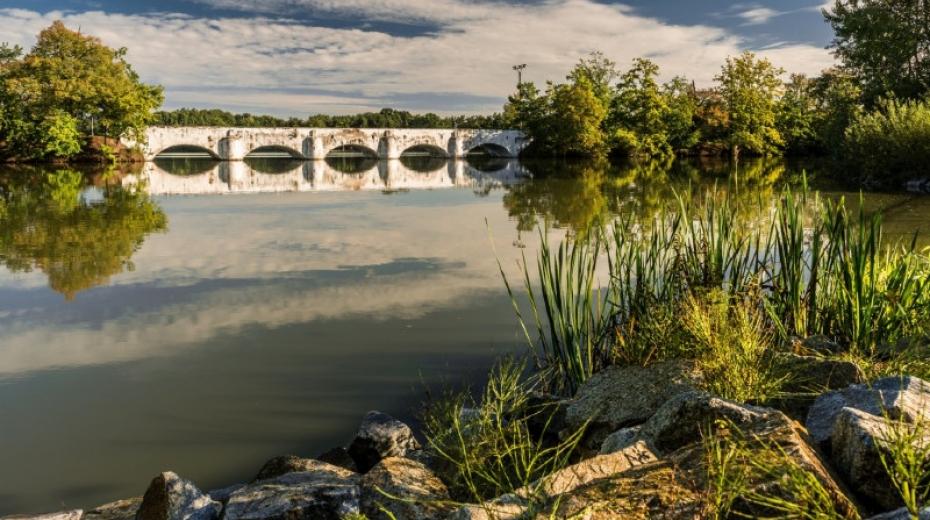 Most přes rybník Vítek je i historicky cenný – vznikl v r. 1781 a jeho stavitelem byl Josef Rosenauer, projektant známého Schwarzenberského plavebního kanálu na Šumavě. Foto: Turistika.cz