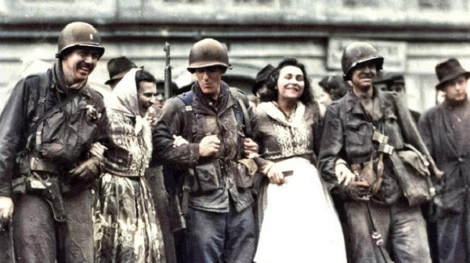 Američtí vojáci s místními dívkami v Domažlicích, které osvobodilli 5. května 1945.