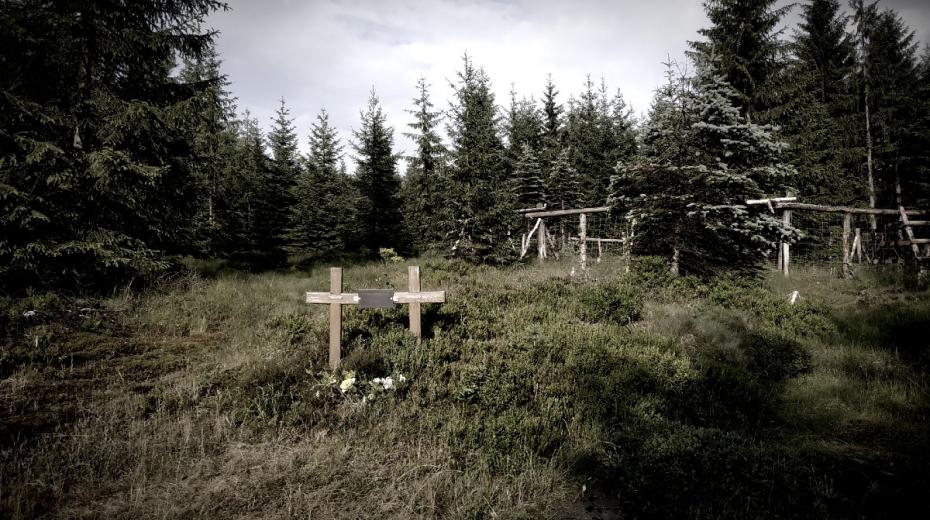 Pomníček Jiřího Haby a Tomáše Hübnera u soušské silnice nedaleko místa napadení skautů.