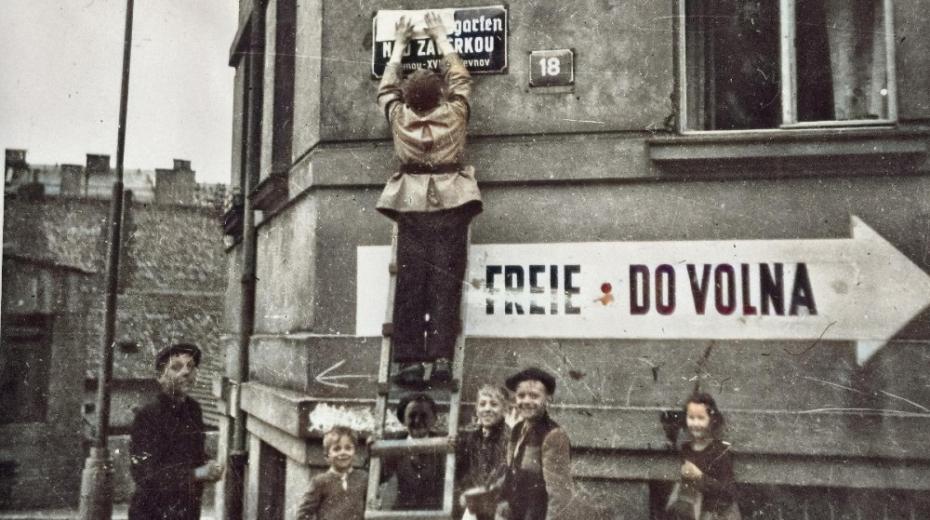 Do boje v ulicích Prahy se zapojili i teenageři, kteří neuměli se zbraněmi