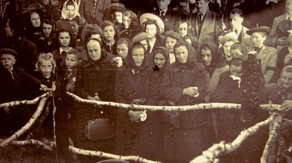 Pohřeb obětí zákřovského masakru 14. května 1945. Po válce byl Zákřov vesnicí vdov.