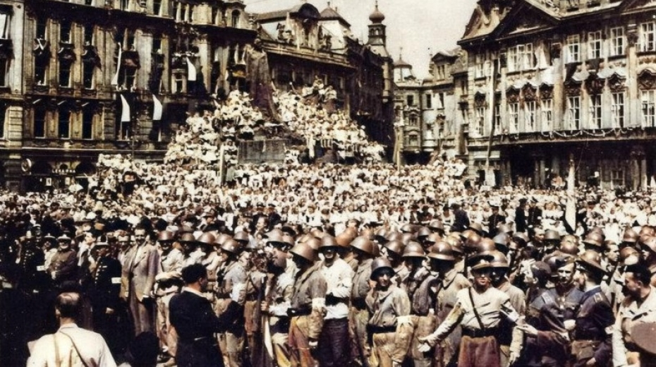 Zaplněné Staroměstské náměstí 17. května 1945, kdy se na něm konala slavnostní přehlídka 1. československého armádního sboru v SSSR. Foto: Zeny-bojujici.cz
