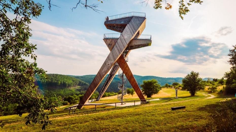 Futuristicky pojatá jedenadvacetimetrová ocelová rozhledna postavená v roce 2015 ve tvaru dvou proti sobě zakleslých sedmiček, obložená modřínovými lamelami. Foto: Úžasná Morava