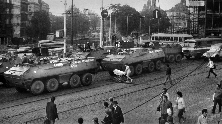 Rok po vpádu vojsk Varšavské smlouvy duněly v ulicích Prahy opět tanky. Tentokrát československé armády.