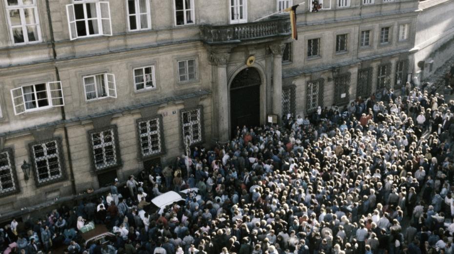Velvyslanectví Spolkové republiky Německo v obležení uprchlíků z Německé demokratické republiky (NDR) na začátku října 1989.