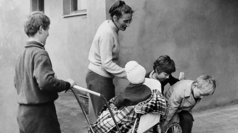 Eva Borková se svými svěřenci ve vesničce v Doubí v roce 1972.