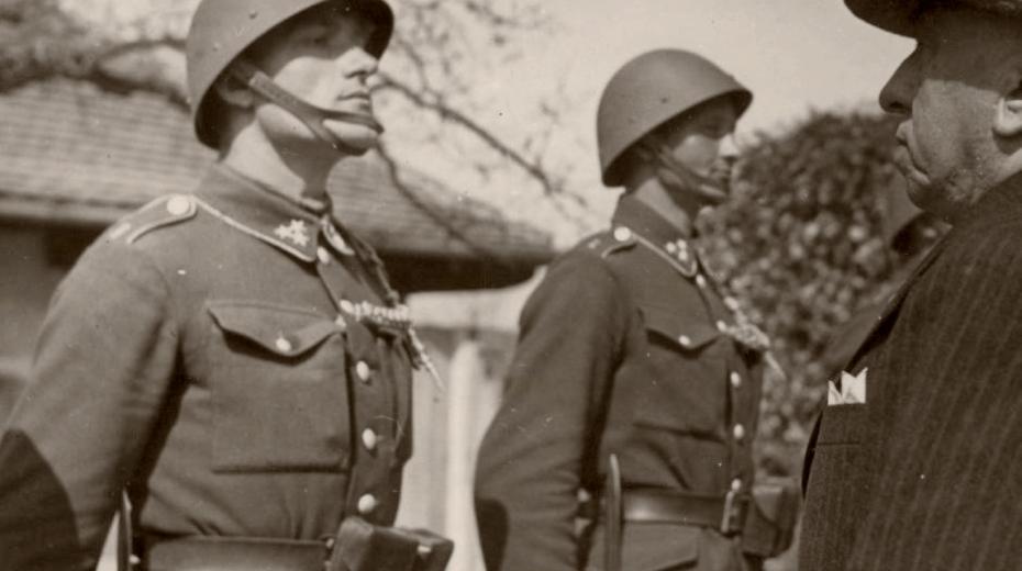 Prezident Emil Hácha se stráží vládních vojáků na zámku v Lánech.