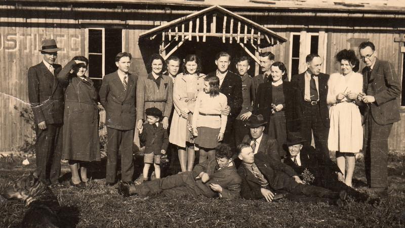 Češi z Boratína usazení v Chotiněvsi a okolí v roce 1946 či 1947. Foto: Paměť národa