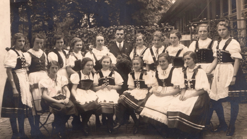 Český pěvecký sbor v Lipsku, maminka Lily stojí třetí zleva. Zdroj: Paměť národa