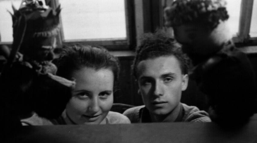 Švestka a Joviš v uprchlickém táboře Valka při hraní loutkového divadla. Zdroj: Paměť národa