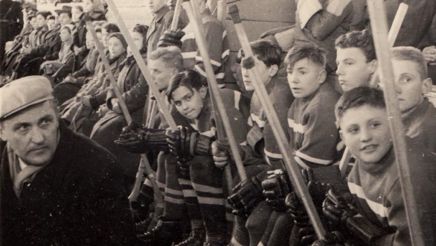 Trenér Eduard Farda (vlevo v čepici) s žákovským družstvem na turnaji na Štvanici v Praze, Richard první zprava. Foto: Paměť národa