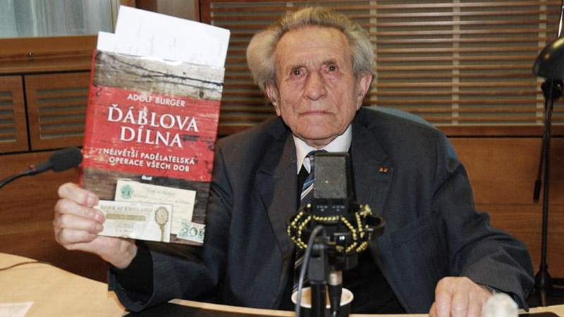 Adolf Burger s knihou Ďáblova dílna.