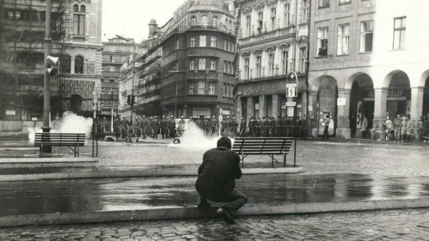 Použití slzného plynu u liberecké radnice. Foto Jan Bartoš