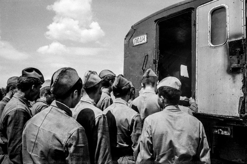 Milovice 1991. Nástup do vojenského autobusu. Foto: Dana Kyndrová