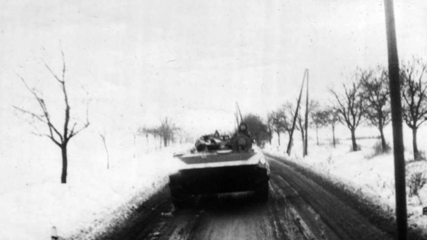 Bojové vozidlo pěchoty BVP-1 při přesunu během cvičení Krkonoše. Zdroj: Paměť národa