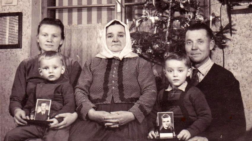 Vánoce roku 1959 – Petr a František Záleských v kruhu rodiném alespoň na fotografiích, kterou poslala manželka Julie Petrovi do vězení. Zdroj: Paměť národa
