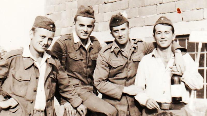 Jiří a jeho kamarádi na vojně u jednotky Technických praporů v Olomouci v roce 1960. Foto: Paměť národa