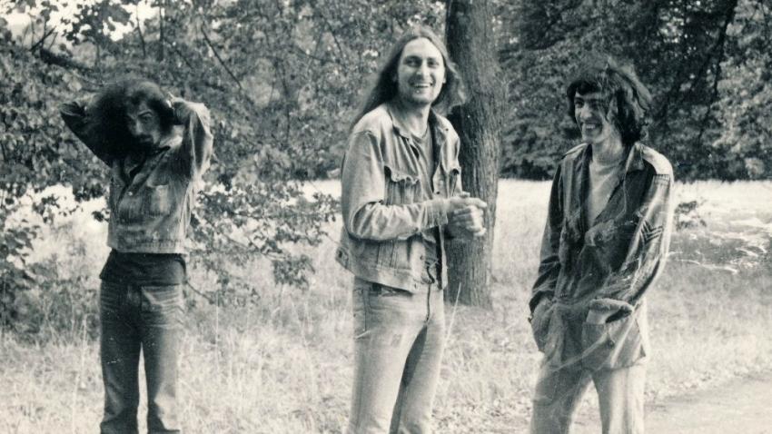Pavel Zajíček (uprostřed) s Hendrixem (vlevo) a Ivo Pospíšilem před koncertem v Postupicích v roce 1974. Foto: Ivo Pospíšil