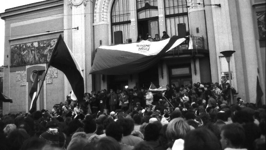 Demonstrace před divadlem v Pardubicích 26. listopadu 1989. Foto Evžen Bachor