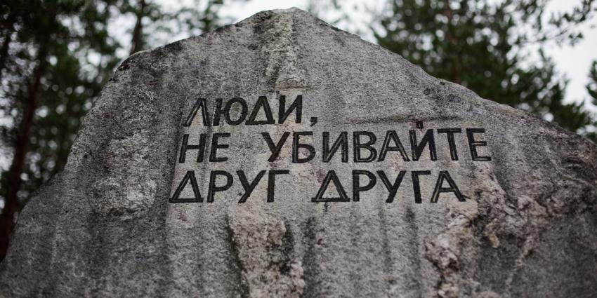 Pomník Sandarmoh s nápisem Lidé, nezabíjejte jeden druhého, který byl na místě popravy 1 111 vězňů gulagu na Soloveckých ostrovech odhalen v roce 1997 díky historikovi Juriji Dmitrijevovi. Foto: Alexander Solo