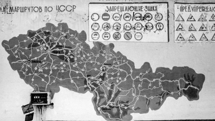 Mapa silnic v Československu pro přesun sovětské armády, kterou vyfotila fotografka Dana Kyndrové v sovětských kasárnách při odchodu. Foto: Dana Kyndrová