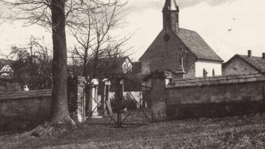 Kaple se hřbitovem před válkou.