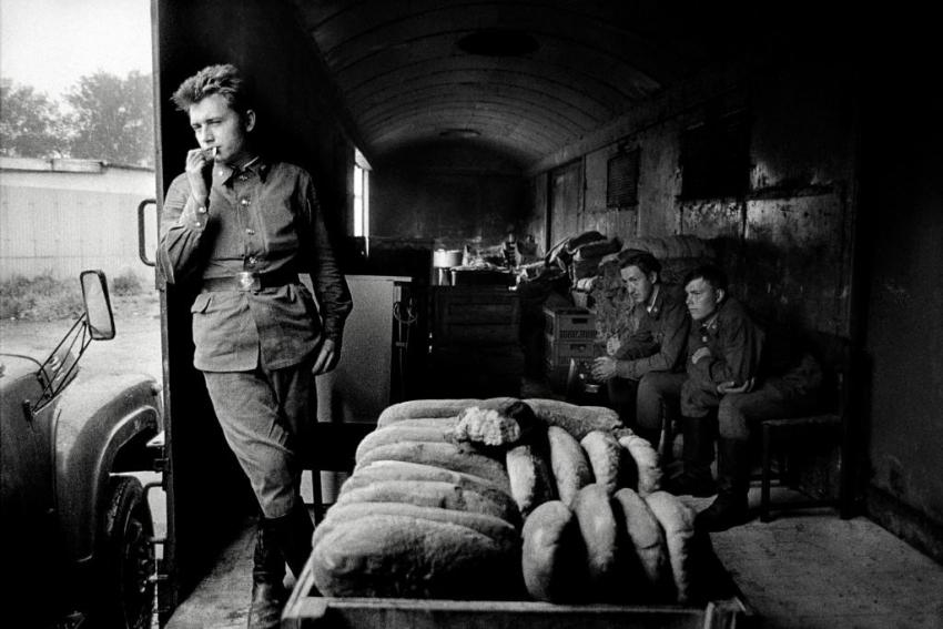 Milovice 1991. Polní kuchyně v nákladním vlaku před odjezdem do Sovětského svazu. Foto: Dana Kyndrová