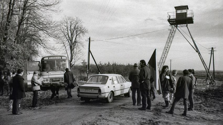 Lidé, kteří se nemohli zúčastnit celého průvodu, dorazili na hranici autobusy. Foto František Drábek