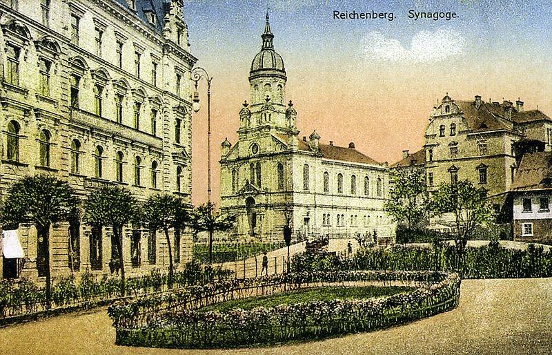Neorenesanční synagoga v Liberci bývala díky nejvyšší věži ve městě jednou z dominant Liberce. Na jejím místě dnes stojí knihovna a tzv. Nová synagoga. Foto: Wikimedia Commons