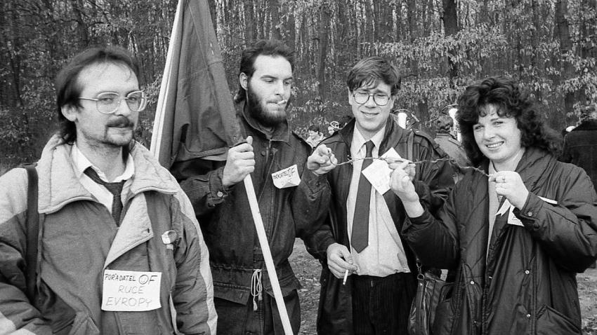 Milan Blažek (vlevo) s dalšími organizátory s kouskem ostnatého drátu. Foto František Drábek