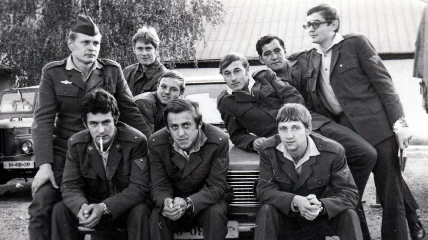 Adam Rucki (stojící zprava) na vojně v roce 1976. Zdroj: Paměť národa